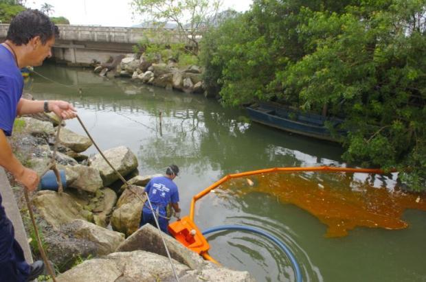 Poluição de canal em Balneário Camboriú causada por óleo de cozinha
