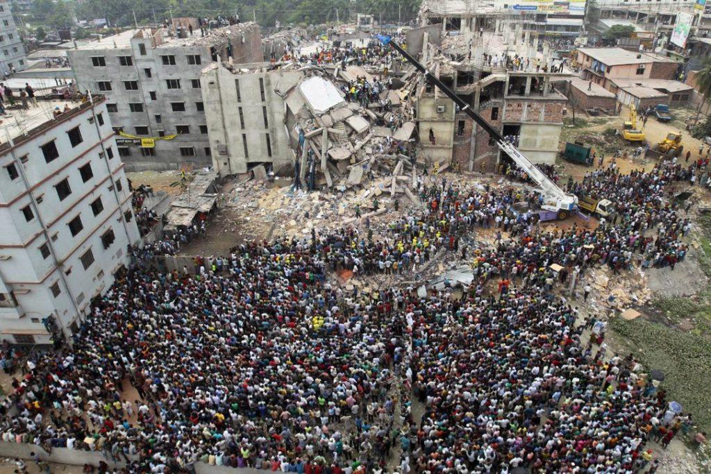 Impactos do fast fashion: edifício Rana Plaza após desabamento. O acidente causou a morte de 1133 pessoas e ferimentos em 2500
