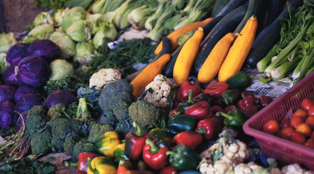 O desperdício de alimentos desde a plantação até nosso consumo é muito grande, gerando um grande volume de lixo orgânico que poder ter um destino melhor que aterros e lixões