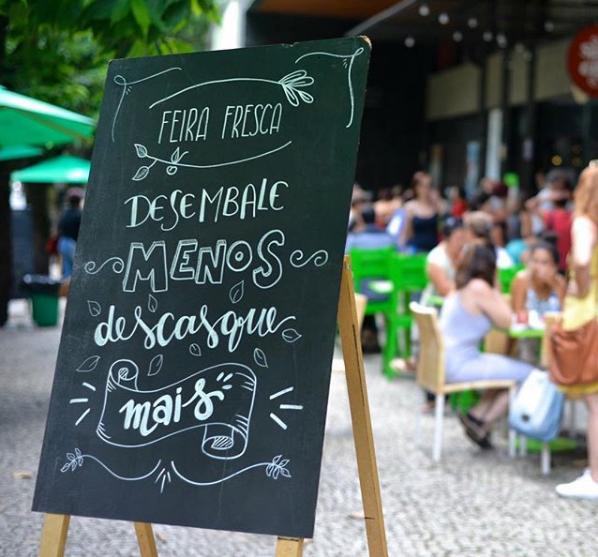 Mensagem na Feira Fresca, feira itinerante em Belo Horizonte. Desembalar menos é um dos caminhos para compras de supermercado mais sustentáveis.