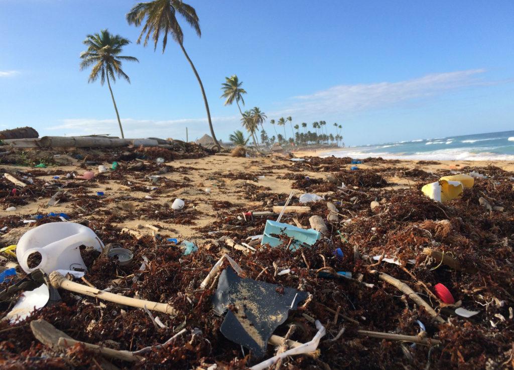 Praia cheia de lixo plástico na República Dominicana. Evento acontece nas praias de todo o mundo. Lixo plástico é tema do Dia Mundial do Meio Ambiente esse ano