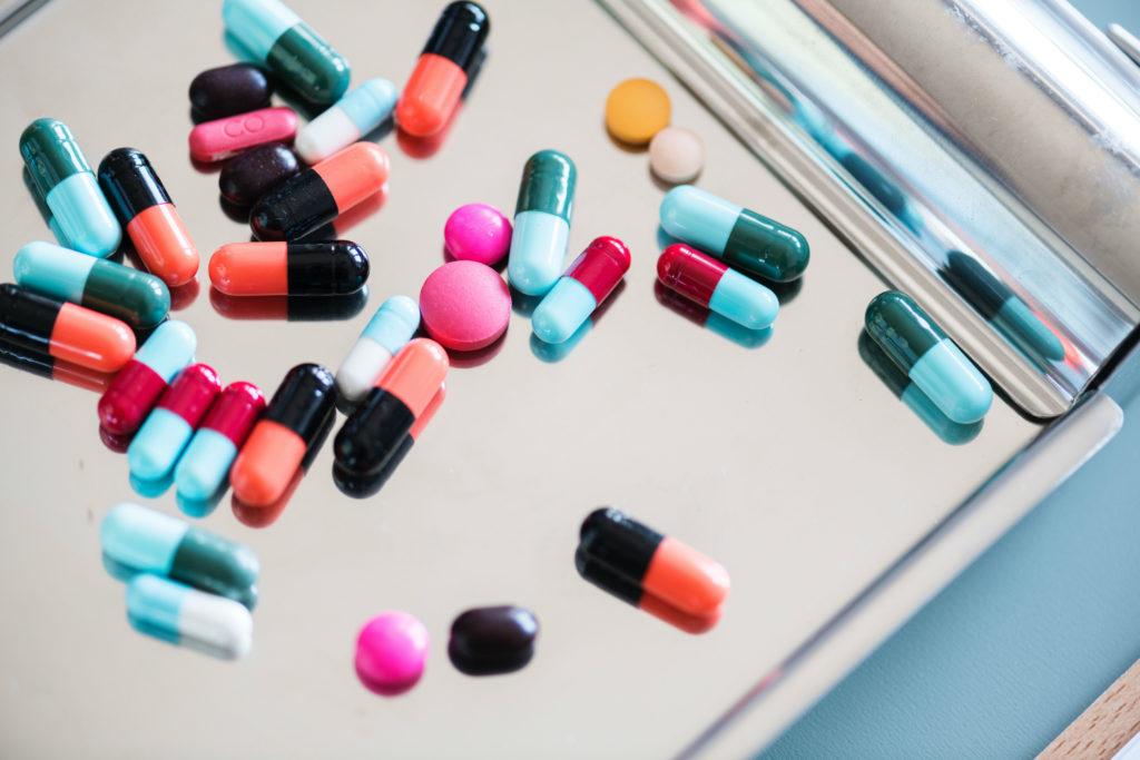 Muitas vezes compramos uma cartela ou vidro de remédio para tratar um problema de saúde pontual e uma grande quantidade do produto sobra, sem previsão de ser usado novamente. Nesses casos, para evitar o desperdício de medicamentos, existem algumas alternativas.