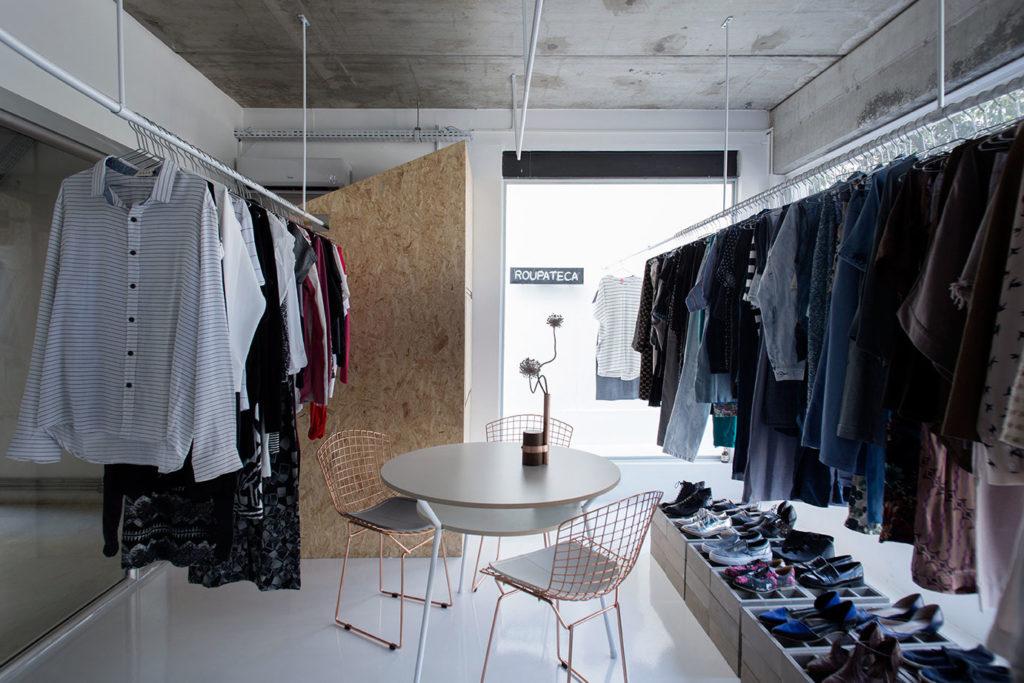 Os guarda-roupas compartilhados oferecem planos de assinatura mensais para o aluguel de certo número de peças