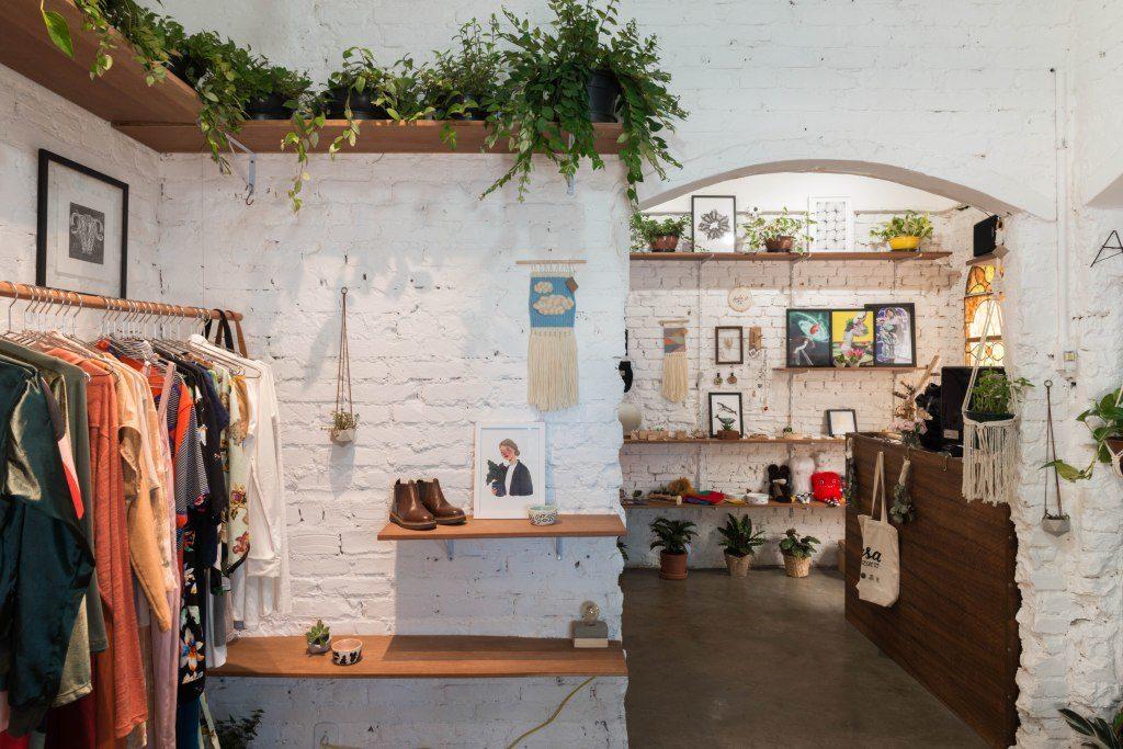 As lojas online e físicas que prezam pelo slow fashion estão se tornando cada vez mais populares e podemos encontrar roupas, sapatos e acessórios de preços variados no mercado.