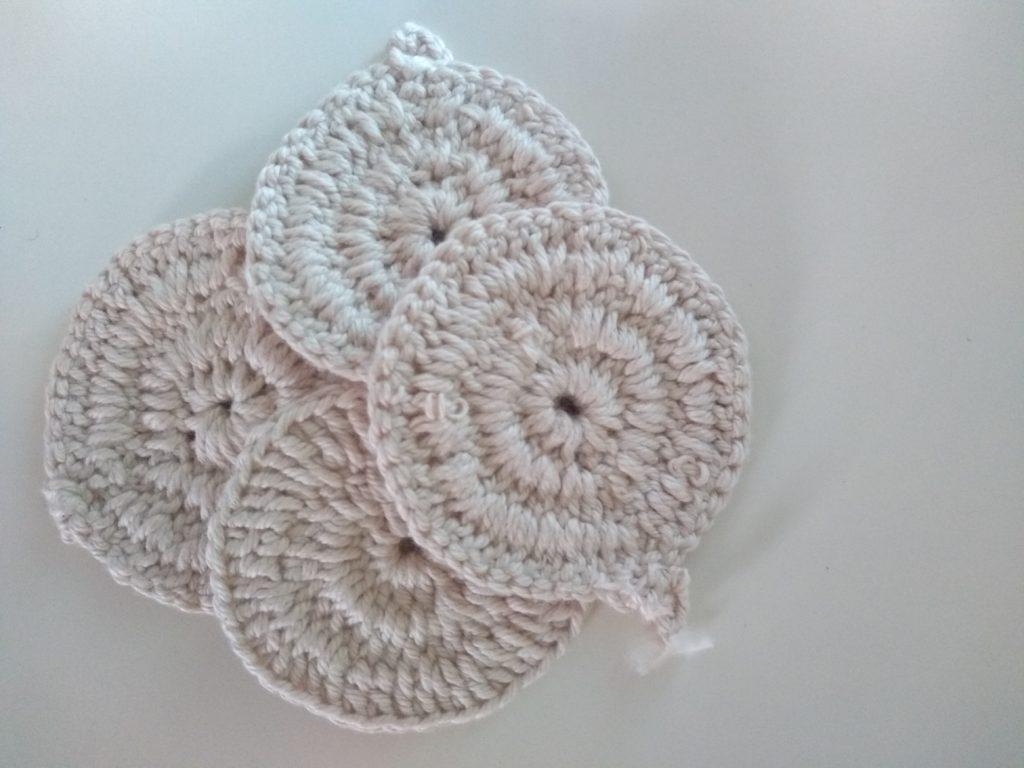 Os discos de algodão podem ser facilmente substituídos por discos de crochê ou tecido.
