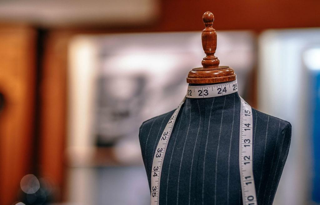 Antes de pensar em vender ou doar roupas antigas para comprar novas, podemos optar pela customização para renová-las e adequá-las à nossa rotina e gosto.