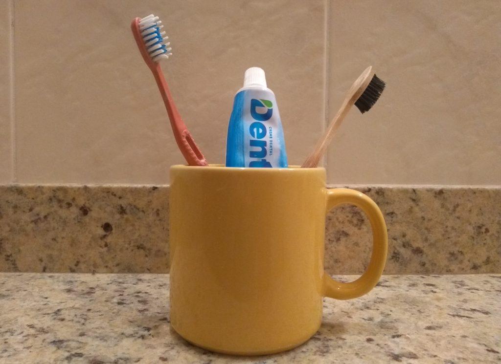 Atualmente, eu estou usando a pasta de dentes da Dentil, uma marca vegana, de preço bem acessível.